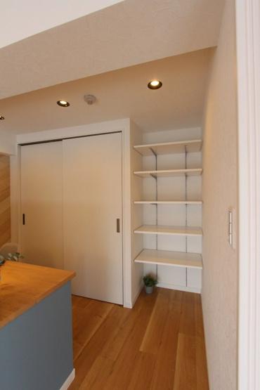 可動棚付きのデスク周り。書類や本を並べておくこともできて、見せる収納をお楽しみ頂けますね。収納スペースも完備されており、大きな季節家電なども収納可能!!