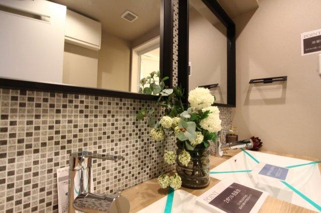 2人並んで身支度できる広い洗面室は、朝の混みあう時間帯も嬉しいポイント。広々とした洗面所はとても使い勝手が良いもの。