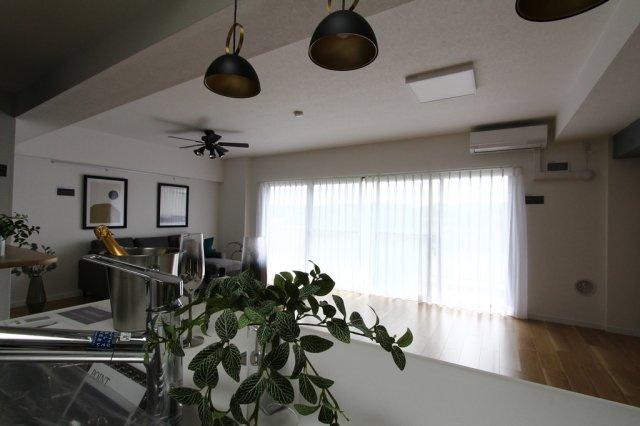 大きな窓が印象的なLDKは、明るい陽射しを取り入れて気持ち良い空気が部屋中を包み込みます。ソファー、テーブル、ラグ、エアコン、シーリング照明はプレゼント!