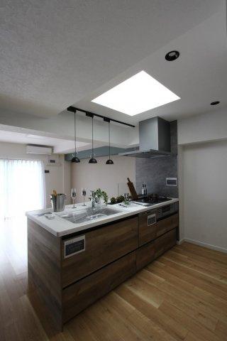 最上階のこちらのお部屋には、キッチン上から採光が降り注ぐデザインに。手元を明るく照らし、優雅な気分にさせてくれますよ。