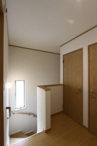 2階の踊り場です。白とブラウンを貴重としたシンプルなデザインの内装は、万人受けするシックな素敵な雰囲気のご自宅です。