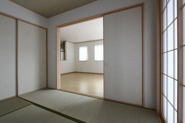 和室からリビングを見たお写真です。 ふすまを外して使われる方もいらっしゃいます。ふすまを外すと一つの居室として利用出来るので、21.25帖の居室になります。