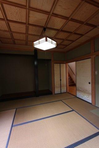 広々8帖の和室  くつろぎある住空間を感じられる落ち着いた室内