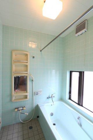 窓も大きく光が入りやすいバスルームはカビや湿気防止にもなりますね。