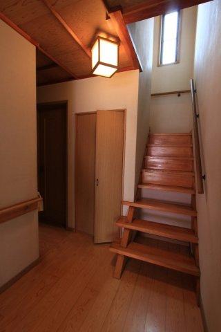 和を感じられる玄関には、モダンな照明付き。ホールは広々としておりお客様をゆったりとした気持ちでお出迎え。