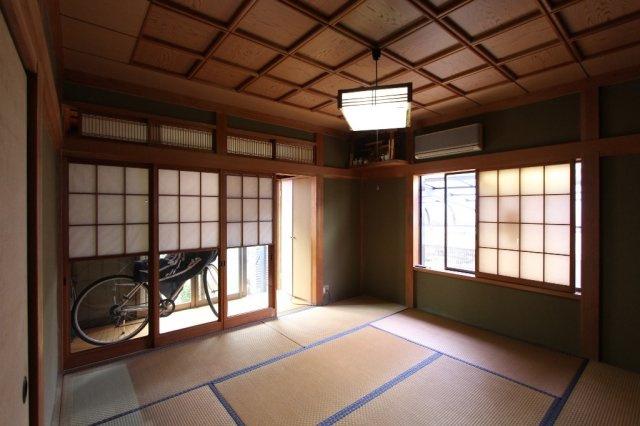 8帖の和室には、床の間や押入、広縁など空間が分かれております。広々とした室内はゲストルームにも使えてとても便利ですよ。