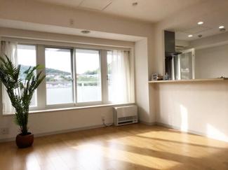 出窓カウンター・大きな窓で日当たりの良いリビング