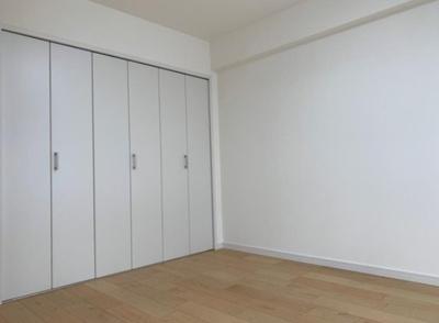 「サンライズマンション府中」の約6帖の洋室です。