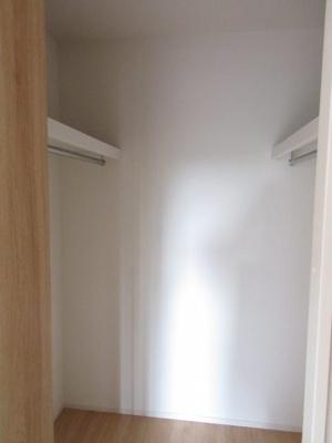 (同仕様写真)主寝室にはWICを備えているので季節物の衣類の収納にも困りません。各居室をスッキリ有効活用出来るのが嬉しいポイントです。