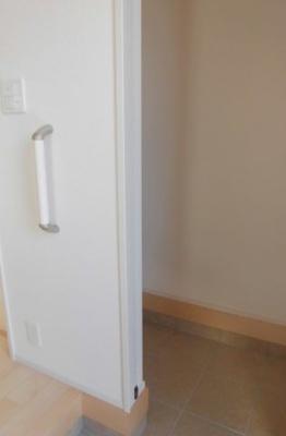 (同仕様写真)2号棟には土間収納を備えています。増えがちな靴もしっかり収納できる下駄箱で玄関回りもスッキリ。来客時に一番目にするスペースだからいつでも整えておきたいですね!
