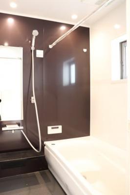 (同仕様写真)バスユニット1坪タイプ、浴室乾燥機、手すり付き。半身浴の出来る浴槽なので1日の疲れもリフレッシュできます!防カビ抗菌素材なのもうれしいポイント