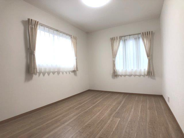 洋室。2面窓で日当たり・風通し良好♪標準設備でLED照明・カーテンが付いてきます♪※イメージ
