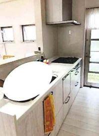 対面式システムキッチンです♪お料理しながらリビングが見渡せます!食器洗い乾燥機付きで忙しい奥様の強い味方ですね(^^)キッチン横には勝手口が有ります!