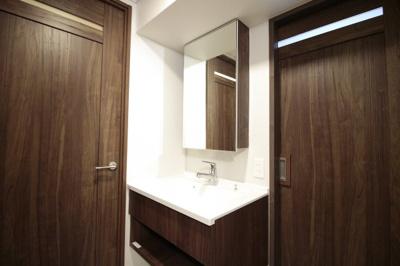 洗面化粧台も新調しています。洗面室には扉が2つあり、廊下からとキッチンスペースから入れます。