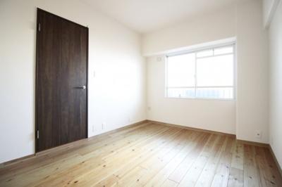 《洋室6帖:2》どのお部屋にも収納が完備されているのでお部屋が広く使えます。