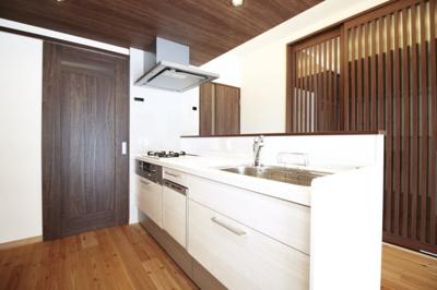 システムキッチンは対面式で【食器洗浄乾燥機】もついております。手荒れの心配もございません。