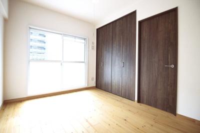 《洋室6帖:1》こちらのお部屋も南側でバルコニーのあるお部屋です。