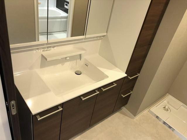 マイキャッスルステーションプラザ葛西:三面鏡が付いた明るく清潔感のある洗面化粧台です!