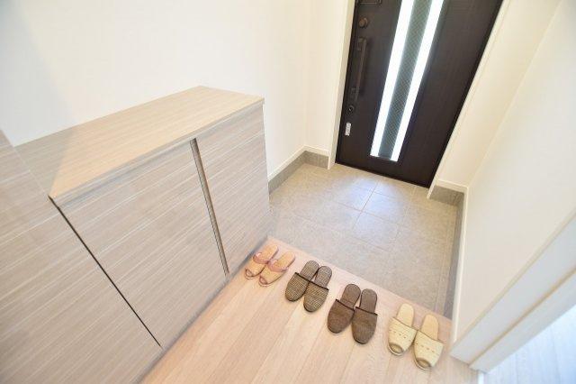 ゆったりとした明るい玄関には大容量シューズボックスを設置。