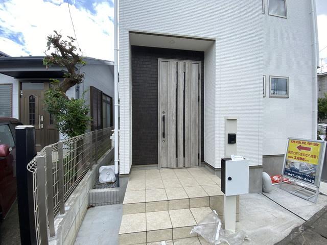玄関です。第一種低層住居専用地域の静かな住宅街に立地しています。