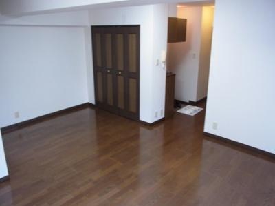 落ち着いた色合いの床材を使用した居室空間です