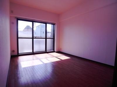 1階ですが目の前が駐車場なのでバルコニーに面してるお部屋は日当たりが良いです。