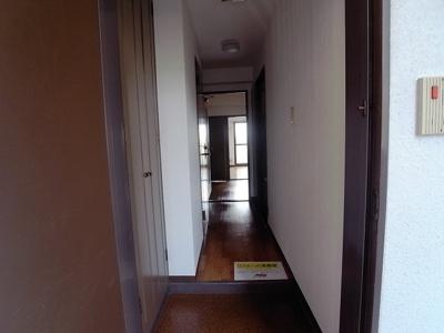 玄関扉をあけると清潔感あるお部屋が広がっています。 ※他の号室の写真を使用していますが、CFは同じになります。