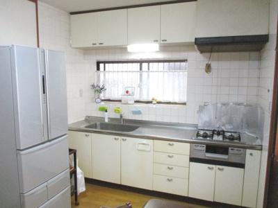 壁面いっぱいのシステムキッチン。収納箇所がたくさんございます。