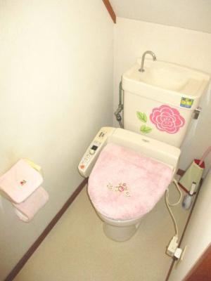階段の下のスペースを活用したトイレ。