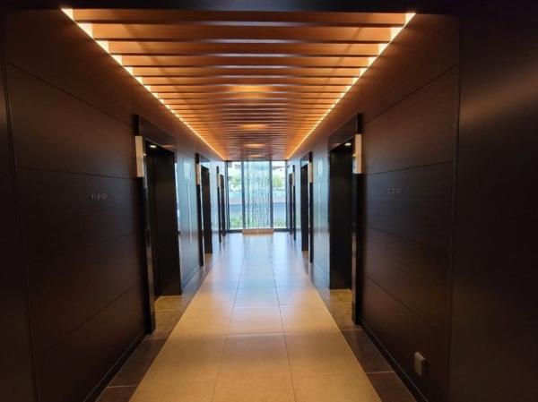【エレベーターホール】重厚感のあるエレベーターホールです。エレベーター6基設置。