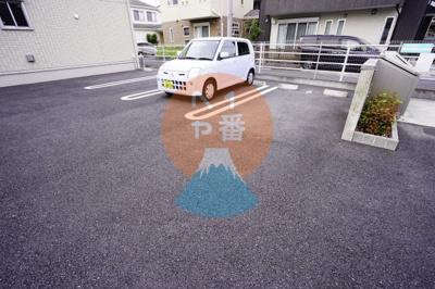 ネット無料。駐車場です。