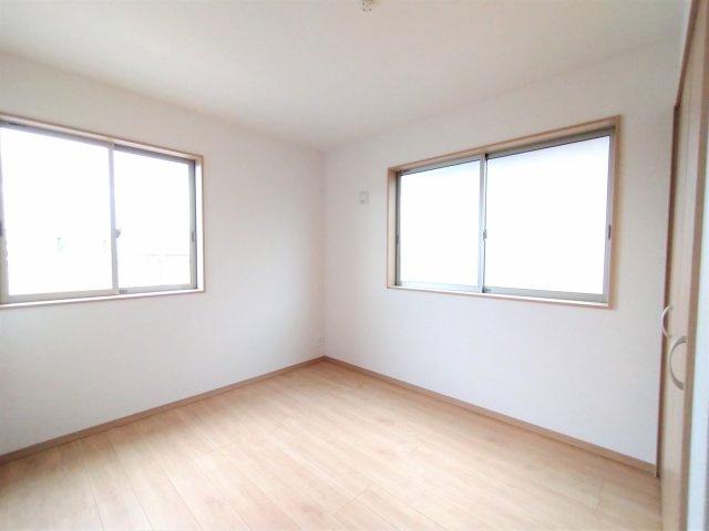 洋室。2面窓で日当たり・風通し良好♪コロナ禍のいま、換気が十分にできると安心ですよね♪子供部屋に◎