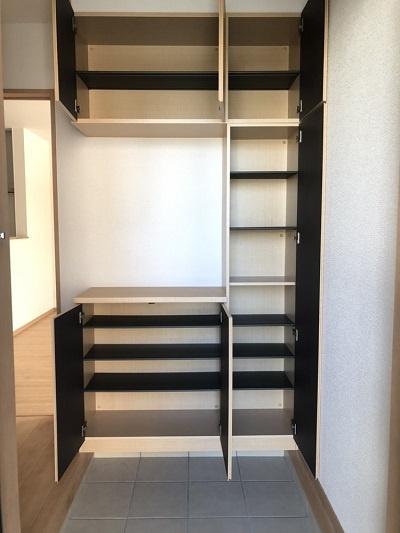 洋室のクローゼット。奥行のある収納で成長するにつれ増える荷物も収納があれば安心です!各居室収納完備。