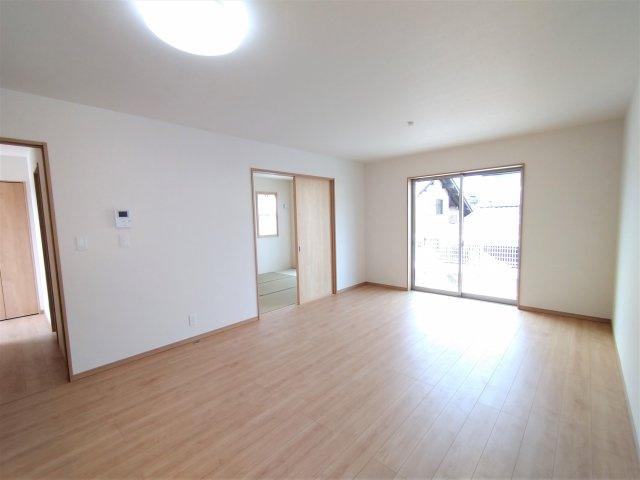 リビング隣和室設計で21帖!扉を開けておけば解放感があり、家族みんなでくつろげます♪