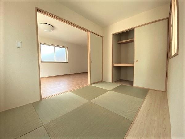 4帖の和室。洗濯物を畳んだり、お子様のお昼寝スペースなど多用途に便利な空間。押入れは季節物の収納に◎