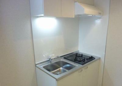 キッチンはシステムキッチンです。 ガスコンロが2口設置されております。