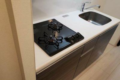 キッチンはシステムキッチンです。 ガスコンロを2口備わっております。