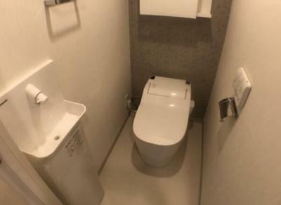 温水洗浄便座付きの御手洗いです。