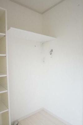 洗濯機置き場になります。上に洗剤などを置いておける収納スペースがございます。