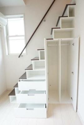 階段部分が収納スペースになっております。