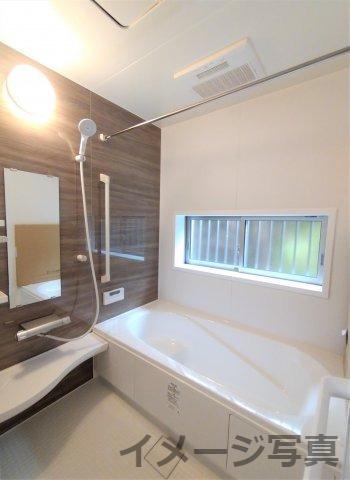 1坪タイプの広々空間で1日の疲れを取ってくれます♪ベンチ付き浴槽で半身浴も楽しめます♪
