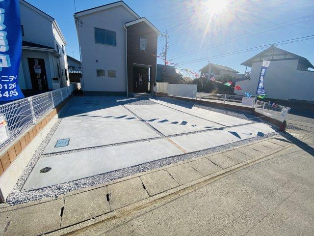 現地写真 駐車スペースは建物北側に並列3台分可能です!