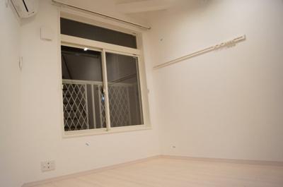 フローリング貼りの洋室です