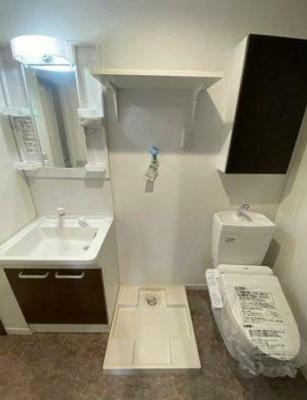 洗面台、トイレ、洗濯機置き場は同室となります。