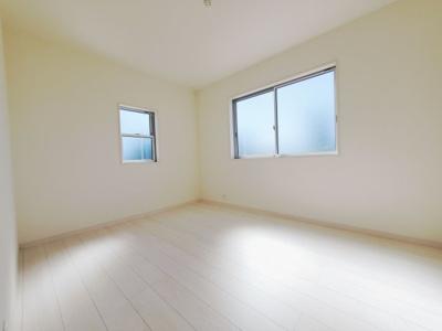 落ち着いた色調の洋室です。同社仕様。