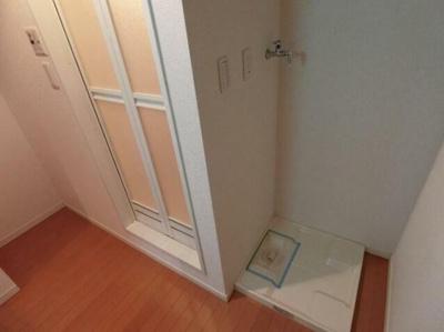 洗濯機置き場は浴室を正面にして右手側にございます。