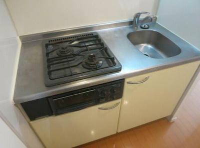 システムキッチンには2口コンロとグリルが付いております。