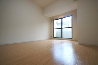 洋室10.3帖のお部屋です。