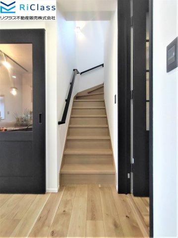 ゆったりとした清潔な階段です。