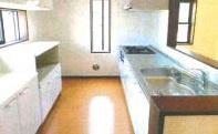 吊戸棚や備え付けのキッチン収納が重宝する使い勝手の良いキッチンです。背面にも窓を配置し、明るく開放感あるキッチンスペースですよ。3口コンロで作業効率も上がりますね。